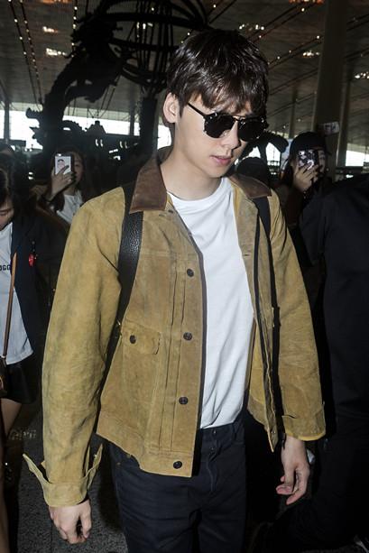 李易峰启程前往纽约时装周
