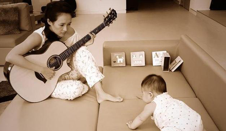 章子怡给女儿弹吉他,乐坛的另半壁江山有着落